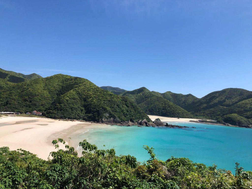五島列島の綺麗な山と海 砂浜